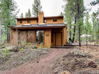 Pet & family friendly, w/ private hot tub & SHARC access!, Sunriver