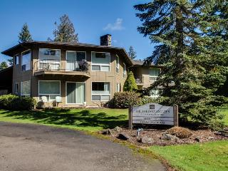 Cozy pet-friendly condo close to golf, hiking, skiing, Welches