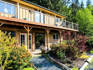 Gorgeous island getaway w/ tranquil garden, outdoor firepit & lovely views, Eastsound