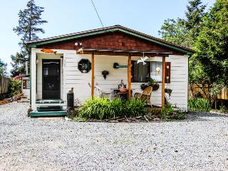 Pet-friendly cottage with private hot tub; walk to beach!, Rockaway Beach