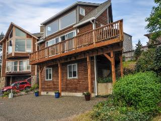 Dog-friendly, lakeview home loft, fireplace, & hot tub, room for 8 - paradise!, Manzanita