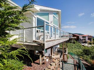 Home with beautiful views, close to beach; a jetted tub., Rockaway Beach