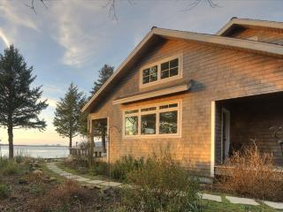 Pet-friendly beach home with amazing views, sauna, & Jacuzzi, Netarts
