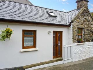 MOLLIE'S COTTAGE, multi-fuel stove, en-suite bedroom, a mile from the beach in Rosscarbery, Ref 22244