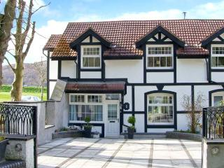 MOUNTAIN VIEW, woodburner, fantastic views, off road parking in Conwy, ref 22625