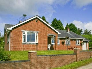 GWYNFAN BUNGALOW, pet-friendly, beautiful views, hot tub, open fire, Ref 23510