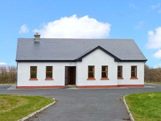 CORN CRAKE detached cottage with open fire, close to beach, mountain views in Lo