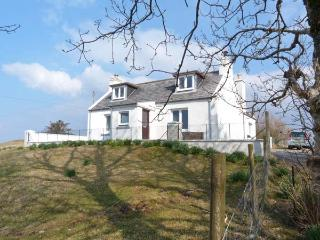 GREENBRAE, Loch Dunvegan views, open fire, en-suite bedroom, in Dunvegan, Ref 24872