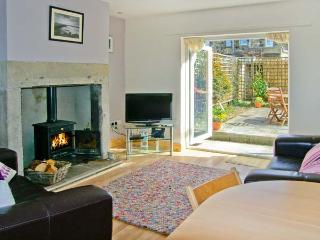 2 BAY VIEW, fantastic coastal views, woodburner, pet-friendly, in Amble, Ref. 24