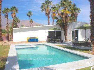 Family Friendly with View, Bikes, Firepit, Hot Tub, Palm Springs