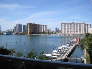 Amazing Intracoastal Bay View Condo, HDTV, WiFi, Parking, Walk to Beach!!, Sunny Isles Beach