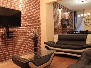 9 bedrooms Luxury Home in heart of Toronto Downtown