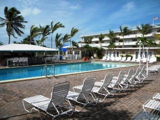 Wonderful condo with pool, tikibar, tennis & golf, Marathon