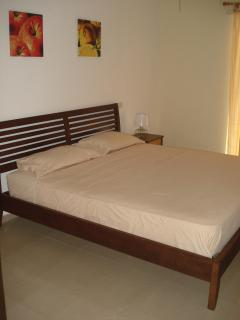 Bedroom with king-size bed, air-con + flat-screen TV (with cable TV)