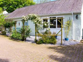 THE DUCK HOUSE, pet friendly, country holiday cottage, with a garden in