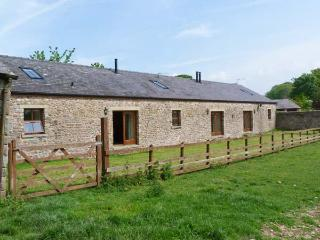 BASIL BARN, pet-friendly, woodburner, en-suite, flexible sleeping