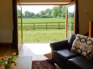 BASIL BARN, pet-friendly, woodburner, en-suite, flexible sleeping accommodation, fantastic location, Ref. 913176