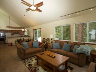 Tahoe Donner Cabin In the Woods - Sleeps 8, Truckee
