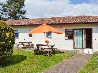 BRAY COTTAGE, pet-friendly single-storey cottage, close to beach and Exeter