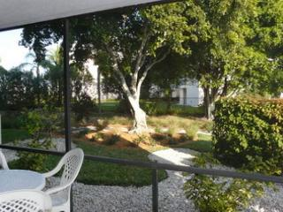 Peaceful first floor condo w/ heated pool & short walk to Tigertail Beach, Marco Island