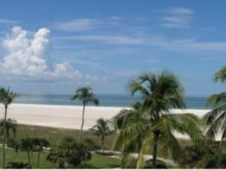 Cozy beachfront condo w/ heated pool & sweeping ocean views, Marco Island