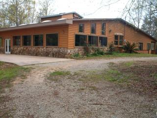 Quiet Secluded Log Cabin Lake Home, Lincolnton