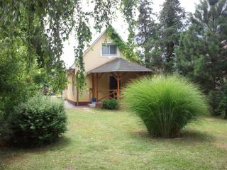Holiday house with a nice green garden at the lake, Balatonboglar
