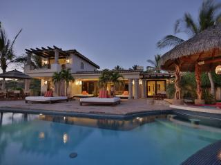 Stunning 4BD pool/hot tub/ just steps to the beach!, San Jose Del Cabo