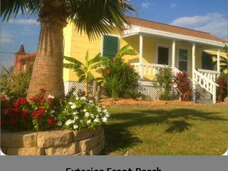Key West Tropical Bungalow-1 1/2 Block to Beach, Galveston
