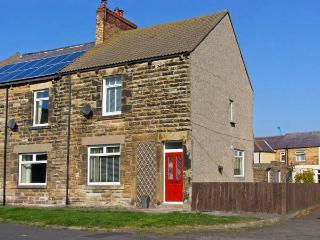LIGHTKEEPER HOUSE, pet-friendly, woodburner, beautiful views, in Amble, Ref 24133