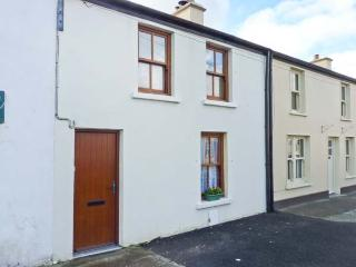 POPPY COTTAGE, pet-friendly coastal cottage, garden, ideal touring base, Ballyheigue Ref 24344