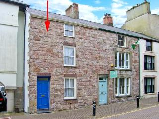 CASTLE STREET COTTAGE, games room, hot tub, pets welcome, in Caernarfon, Ref