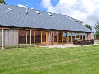 RANBY HILL BARN, luxury barn conversion, en-suite bedrooms, hot tub, games room, enclosed garden, near Horncastle, Ref 25054
