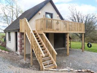 SQUIRREL LODGE, first floor apartment, off road parking, balcony, near Croy