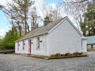 TREE GROVE COTTAGE, pet-friendly, single-storey cottage with open fires, patio, Kinlough Ref 21696, County Londonderry