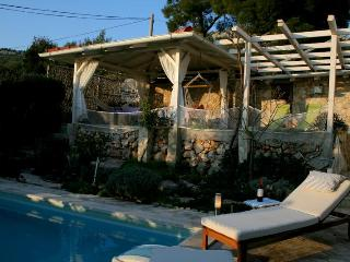 Apartment + pool, 30m from beach on a quiet island, Kaprije