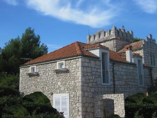 Old stone villa  with garden near to the beach  Out of season discount 30-50%, Lumbarda