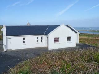 MONTBRETIA LODGE, beautiful views, en-suite facilities, open fire, in Louisburgh