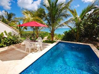 2 BR beachfront condo with private swimming pool -Wifi, AC, Kayaks