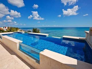 Beachfront penthouse with rooftop pool perfect for families!