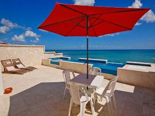 3 BR Beachfront penthouse condo with a private rooftop pool - AC, Wifi