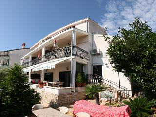 Beautiful apartment (48 m2) situated in Pjescana uvala, 3  minutes walking to the sea., Pula