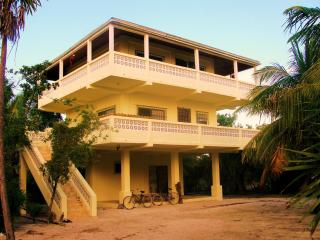 The Indigo Pearl Guesthouse - Oceanfront Property, Caye Caulker