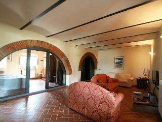 GIALLO APARTMENT private garden with beautiful terrace / pool, Pergine Valdarno