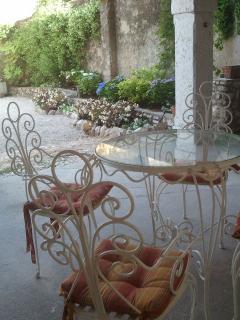 tavolo e sedie per la colazione o pranzo/cena sotto il porticato