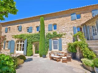 St Roch's Farmhouse: Luxury holiday home with heated pool in the heart of Provence, Robion