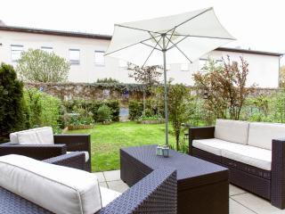 BEAUTIFUL GARDEN MAISONETTE NEAR CITY CENTER