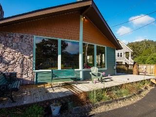 Charming vintage house w/ tranquil garden, just two blocks from the beach!, Neskowin