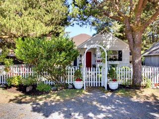 English-style, pet-friendly cottage 3 blocks from beach!, Cannon Beach