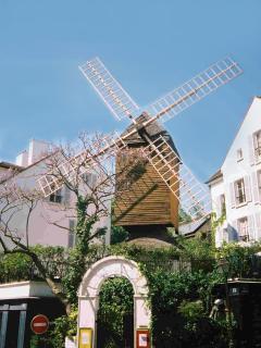 the district : the Moulin de la Galette at 2 minutes